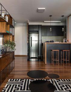 A cliente do estudio AMF arquitetura gostaria de uma sala ampla e integrada, onde pudesse receber convidados. Gostaria ainda de revestimentos e acabamentos em estilo industrial, mas ao mesmo tempo feminino e delicado.  O maior desafio dos profissionais foi realizar todos os desejos da cliente de