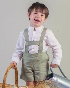 Traje de ceremonia niño. Pantalón tiroles en lino verde y camisa mao en lino blanco ¡Para que los peques vayan guapísimos sin que se les salga la camisa!.