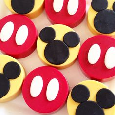 Mickey mouse covered oreos  @paolascreations Mickey Mouse Oreos, Mickey E Minie, Mickey Mouse First Birthday, Mickey Mouse Clubhouse Birthday Party, Mickey Cakes, Minnie Mouse, Chocolate Covered Treats, Chocolate Sweets, Pastel Mickey