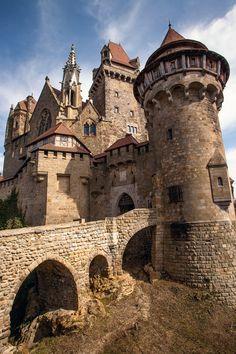 Die Burg Kreuzenstein war eine mittelalterliche Burganlage bei Leobendorf in Niederösterreich...