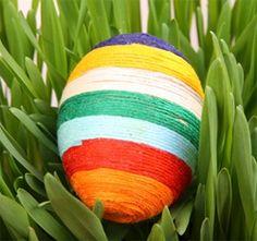 Pour changer, on peut aussi décorer les oeufs de pâques avec du fil.