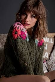 Cool Women Sweaters from 37 of the Outstanding Women Sweaters collection is the most trending fashion outfit this season. This Women Sweaters look related to outfits, fashion, casualstyle and… Embroidery On Clothes, Wool Embroidery, Embroidered Clothes, Embroidery Stitches, Embroidered Flowers, Sweater Embroidery, Diy Bordados, Diy Crafts For Adults, Mode Boho