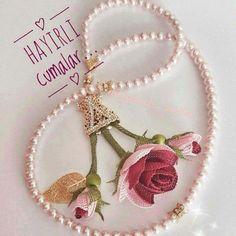 Resimli En Güzel Cuma Gecesi Mesajları burada Needle Lace, Filet Crochet, Diy Flowers, Diy And Crafts, Crochet Earrings, Cross Stitch, Greeting Cards, Brooch, Christmas Ornaments
