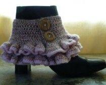 Free crochet pattern: Victorian/steampunk ruffled spats (boot cuffs).