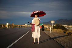Vor der Kaserne, vor dem großen Tor  (29.10.2015)    Der Mann mit der Trommel gehört zur Bürgerrechtsbewegung CodePink. Die Pazifisten demonstrierten vor der Creech Air Force Base in Nevada gegen den Drohnenkrieg der USA.