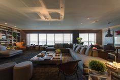 Para o Estar Contemporâneo, de 76 m², o escritório Triplex Arquitetura reuniu móveis com assinatura By Triplex como a mesa de centro, a estante (à esq.) e a mesa-bar (à dir.). A 3ª Mostra Black fica aberta à visitação até dia 9 de julho de 2013, nos cinco últimos andares da torre anexa ao shopping JK Iguatemi