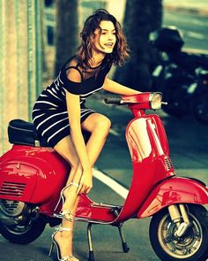 18 photos that I show as my inspiration in taking photos of female models with red Vespa. Scooters Vespa, Scooter Motorcycle, Motorbike Girl, Motor Scooters, Motorcycle Design, Lambretta Scooter, Vintage Vespa, Vespa Girl, Scooter Girl