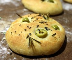 Focaccia with olive oil, green olives and fresh rosemary. Tapas, Cooking Bread, Pan Bread, Cooking Ingredients, Galette, International Recipes, Cooking Time, Bread Recipes, Gastronomia
