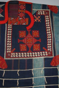 Detail from a man's Kusaibi (boubou) gown found in Liberia, Africa; possibly made by the Mande people of Sierra Leone. Weaving Textiles, Textile Fabrics, Textile Patterns, Floral Patterns, African Culture, African Art, Sierra Leone, Art Tribal, Haida Art