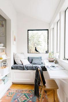 Créer un coin bureau dans un petit espace Office Nook, Tiny Office, Sunroom Office, Small Sunroom, Office With Bed, Office In Bedroom Ideas, Small Office Spaces, Narrow Bedroom Ideas, Bedroom Ideas For Small Rooms Cozy