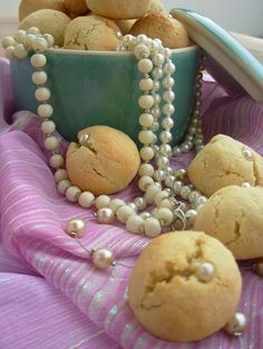 Come chocolates, pequena; Almond cookies (in pt)