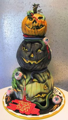 Torta di Halloween decorata con zucche e serpenti