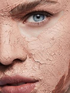 How To Do A DIY Detox Facial At Home - For most of us, a DIY skin detox involves little more than a peel and a mask. Here's how to upgrade the basics and take your facial to a whole new level Peeling Maske, Clay Face Mask, Skin Detox, Skin Clinic, Beauty Shoot, Moisturizer For Dry Skin, Foto Art, Skin Care Tools, Tips Belleza