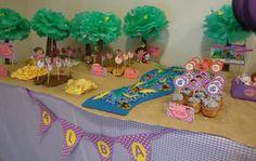 Arbolitos con pompones de papel de seda para una fiesta de Dora: bellísimo!!!