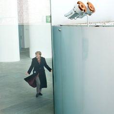 Merkel im Wahljahr Die Pappkameradin So lange ist Angela Merkel bereits Kanzlerin, dass sie fast hinter ihrem Amt verschwunden ist. Im Wahlkampf gegen Martin Schulz könnte das ihr größtes Problem werden: Wo bitte steckt der Mensch Merkel unter der Maske? Von René Pfister und Britta Stuff