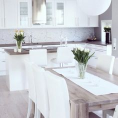 Love the colours - white and wood Would do bar stools with no back tho Kitchen Room Design, Kitchen Dinning, Kitchen Interior, Kitchen Decor, Interior Styling, Interior Design, Dinner Room, Home And Deco, Home Kitchens