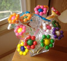Gum ball flowers.... I LOVE this idea... I'm going to use this for Maddie's birthday!!