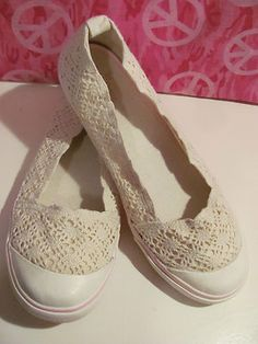 SELF ESTEEM  WOMENS BEIGE LACE  BALLET STYLE SHOES  SIZE 9M  MINT CONDITION  FOR PREOWNED  SEE PICS  LIGHTLY PADDED INSOLES  PINK SOLE  PINK TRIM ALL AROUND SHOE  RUBBER TOE GUARDS  AWESOME SHOES  VERY COMFY  GREAT WITH JEANS OR SHORT  OR A CUTE SUNDRESS  WONDERFUL ADDITION TO  YOUR WARDROBE