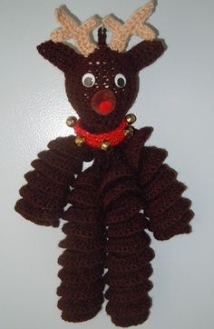 Christmas crochet pattern, reindeer decoration (To hang from wreath, maybe? Crochet Christmas Decorations, Reindeer Decorations, Crochet Ornaments, Christmas Crochet Patterns, Holiday Crochet, Crochet Crafts, Crochet Dolls, Yarn Crafts, Free Crochet