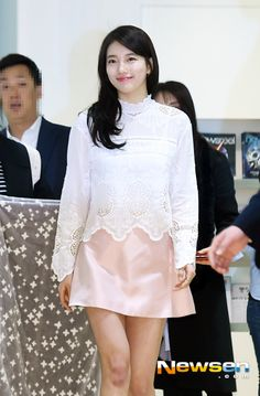'Suzy' attended 'Suzy's fresh office attack', a promotional event by a coffee brand, which took place in a regular office in Gangnam in the morning on March 15th. 'Suzy' in the shorter and lighter outfit for spring is looking at the office workers. Her fresh and various looks on the face are gorgeous.