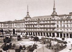 ¡Buenos días desde la Plaza Mayor de 1865! #felizdomingo #madrid