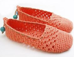 Crochet espadrilles, a love affair. Do you love crochet espadrilles? Check out crochet patterns for espadrilles en where to buy espadrille soles Crochet Sandals, Crochet Boots, Knit Or Crochet, Crochet Crafts, Crochet Clothes, Easy Crochet, Blanket Crochet, Crochet Slipper Pattern, Crochet Patterns