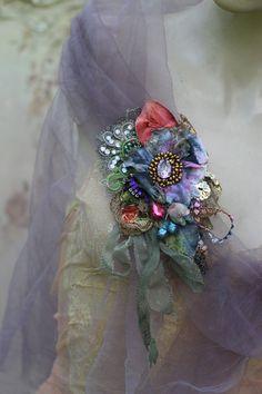 Antiguo broche de textiles, broche negrita, broche bordado y perlas, técnica mixta