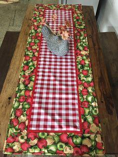 Compre Caminho de Mesa em Tecido Maçãs no Elo7 por R$ 250,00   Encontre mais produtos de Caminho de Mesa e Casa parcelando em até 12 vezes   Caminho de mesa confeccionado em tecido 100% algodão e Oxford.  Esse caminho de mesa possui a medida de 1,10 cm x 0,52 cm., D652B1 Kitchen Window Valances, Kitchen Kit, Quilted Gifts, Crochet Quilt, Quilting For Beginners, Furniture Upholstery, Holiday Tables, Kitchen Towels, Table Runners