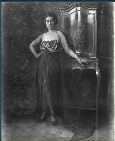 Marthe, Princess Bibesco was a celebrated Romanian-French writer, socialite, style icon and political hostess. Flapper Era, Roaring Twenties, Album Photo, Ancient Jewelry, Vintage Glamour, Cover Photos, 1920s, Long Hair Styles, How To Wear