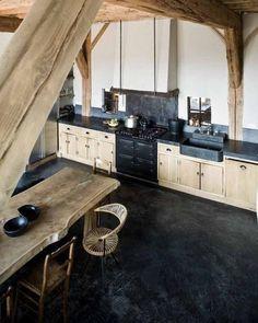 Open keuken, onbehandeld hout en natuursteen
