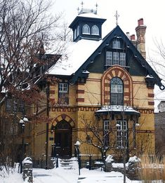 another one of my favourite houses. gothic, with toronto bay and gable and italian influences. Rosedale Toronto, Toronto Houses, Toronto Ontario Canada, Brick In The Wall, Interesting Buildings, Stone Houses, Old Buildings, Victorian Homes, Landscape Photos