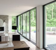 Modern living – mit einer dreiläufigen Schiebetüre von Armbruster Bauelemente … Modern living – create the maximum connection to terrace and garden with a three-way sliding door from Armbruster Bauelemente Karlsruhe – live outside, weather permitting. Style At Home, Interior Architecture, Interior Design, House Extensions, Windows And Doors, Big Windows, Home Renovation, Sliding Doors, My Dream Home