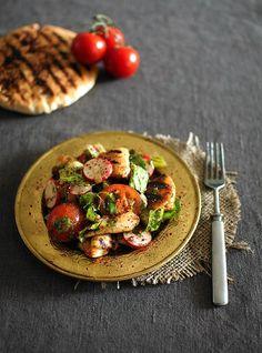 Libanonilainen fattoush-salaatti saa ytyä sumakista. Sitä ripotellaan paahdettujen pitaleipien pinnalle ja annostellaan reippaasti salaatinkastikkeeseen.