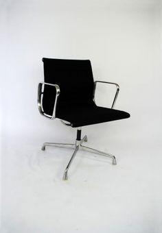 Deze #vintage #bureaustoel is ontworpen door Charles en Ray #Eames rond 1958 en is een echte #design #klassieker. Deze #draaibare en originele stoel van Herman #Miller is in een zeer goede staat. Eames, Herman Miller, Icon Design, Icons, Chair, Furniture, Vintage, Home Decor, Lounge Chairs
