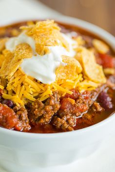 Classic Beef Chili :: This classic beef chili recipe is extremely easy, does not require any fancy ingredients, and freezes exceptionally well. Perfect cold-weather comfort food! via @browneyedbaker