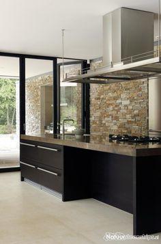 Keukenwand en buitenbinnen voorzien van Puzzle steenpaneel Oranje Kwartsiet.