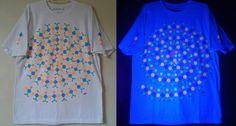 Camisa pintada a mão, com estampas exclusivas fluor by Carol Soares./ Shirt painted by hand, with fluor exclusive prints by Carol Soares