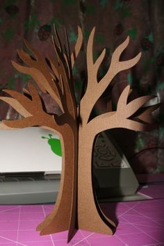 Arvore de papel Fall Paper Crafts, Diy And Crafts, Crafts For Kids, Cardboard Tree, Cardboard Crafts, Jungle Decorations, Halloween Decorations, Paper Mache Flowers, Janmashtami Decoration
