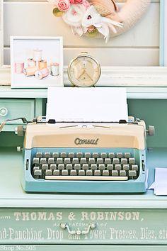 ....himmelblaues vintage Schätzchen sucht neues zu Hause  ...hier habe ich eine Schreibmaschine von Consul aus den 60er Jahren in hellblau, beige...