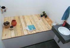 Deck em banheiro feito de madeira de pallets.