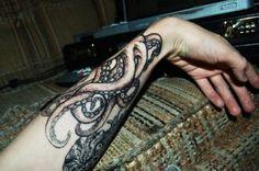 La pieuvre s'entortille autour de son poignet .. - ··•• { Cette ...