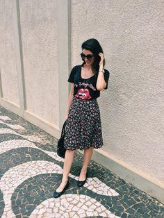 Saia midi / @aliciasampaio rock tshirt midi skirt floral skirt black flats