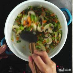 Esta deliciosa sopa de col te encantará y no sólo por su sabor, si no por que te ayudará a perder peso y sentirte muy bien.