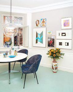 Bring in them colours! Ønsker du en farverig indretning? Så tænk ud af boksen! Det behøver ikke altid at være malede vægge, som tilføjer farve til din indretning. Gør som Celine Hallas, og mal dit gulv. Psst! Det giver tilmed mere personlighed. #indretningmedfarver #farverigindretning #stueindretning Rosa Sofa, Dining Chairs, Dining Table, Bohemian Interior Design, Black Metal, Future House, Home Kitchens, Gallery Wall, Celine