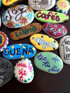 Mi blog es lo last - Piedras pintadas a mano. Piedras optimistas Rock Crafts, Diy And Crafts, Crafts For Kids, Arts And Crafts, Stone Painting, Diy Painting, Rock Painting, Mandala Rocks, Nature Crafts