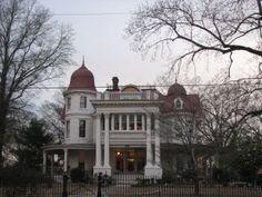 Datant du début des années 1900, la Maison Allen à Monticello, Arkansas est le repère rêvée de tout les traqueurs de fantômes du monde, la Maison Allen est un lieu de légende. Depuis long temps, la maison et réputé comme étant l'endroit le plus hanté dans le pays.