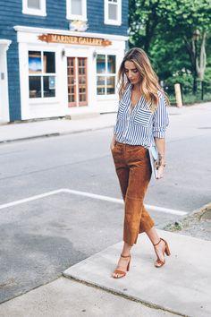 calça de suede e blusa de listras