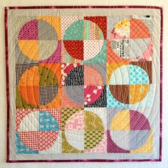 Drunkards Path-- Hate the name of this quilt pattern. Can't stand all those pointy patchwork pieces, but love the possibilities with circles Circle Quilt Patterns, Circle Quilts, Quilt Blocks, Triangle Quilts, Quilt Baby, Small Quilts, Mini Quilts, Quilting Projects, Quilting Designs