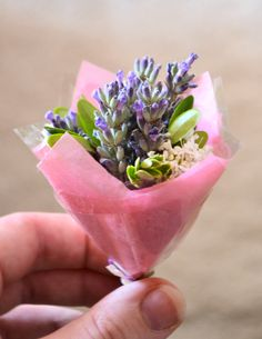 A cute mini bouquet that you can make from flowers in your garden! Free tutorial with pictures on how to make a bouquet in under 30 minutes by decorating with flowers, foliage, and tissue paper. How To Wrap Flowers, Tiny Flowers, Paper Flowers, Beautiful Flowers, Lavender Crafts, Making A Bouquet, Fairy Cakes, Ideas Geniales, Arte Floral