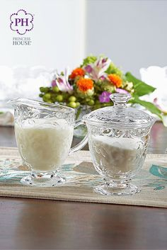 Después de servirte tu cafecito en tu Taza grande para café Fantasia®, ten a mano tu Azucarera y cremera Fantasia®.